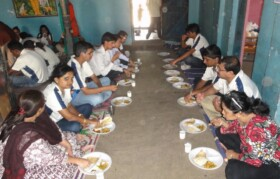 A welcome lunch break - at one of the village leaders Mr Dattu Bahiram -  was much enjoyed by team Suhrid.