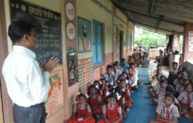 Teacher from Barafpada explaining purpose of this visit